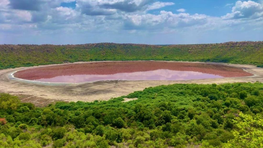 lonar-lake-turns-pink